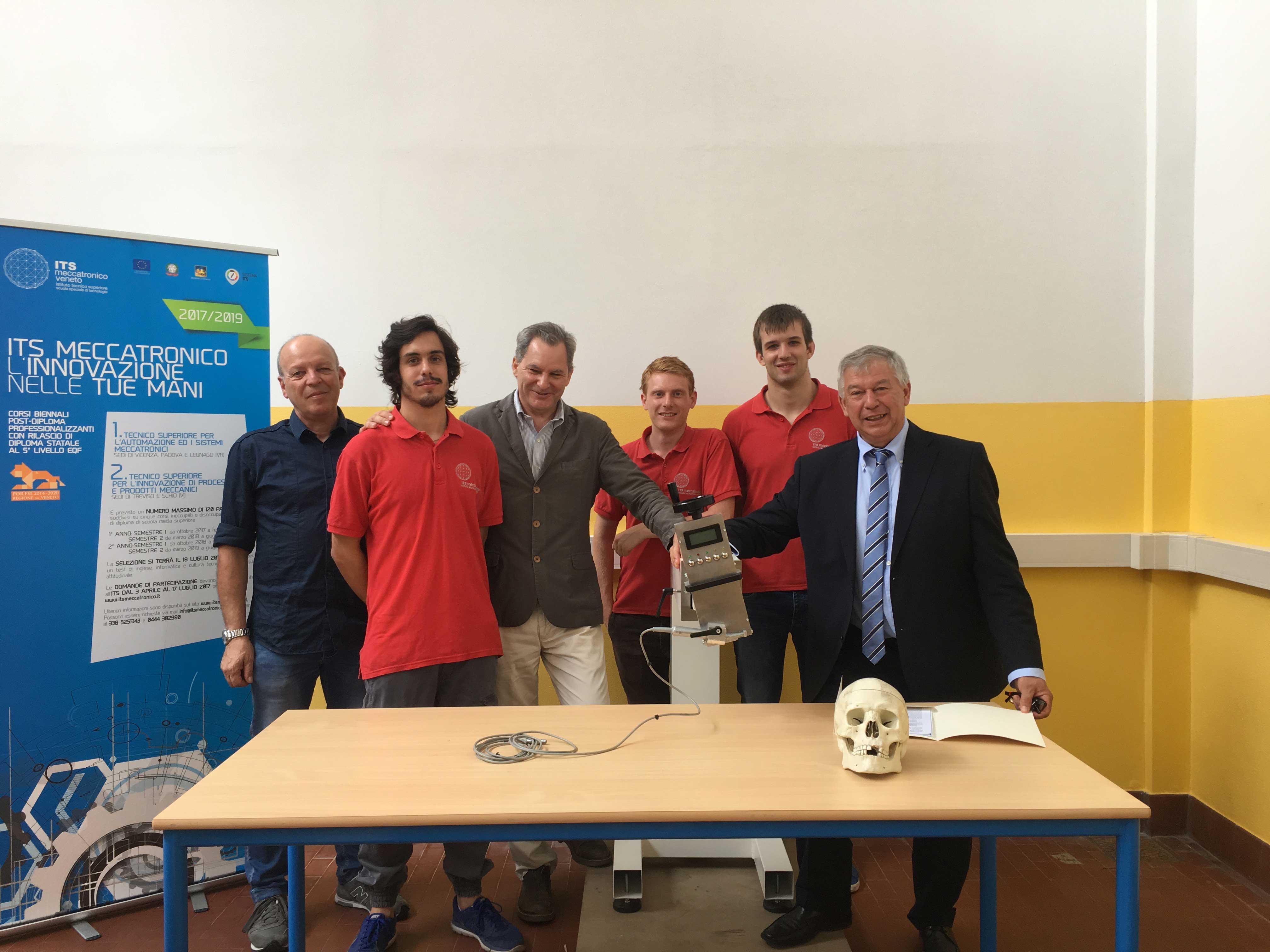 ITS-Meccatronico-team-working-ROBOT-CHIRURGICOweb