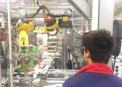Tommaso Giuriato con un tecnico e un operaio, alle prese con un problema alla linea del conveyor